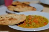 Veganes Kürbis Curry mit Knoblauch Naan Brot