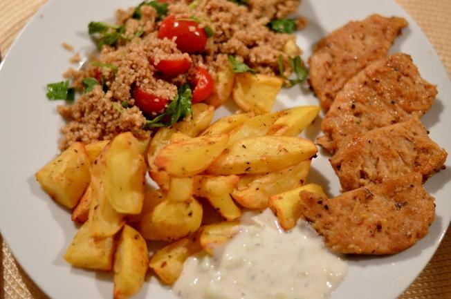 Gyros aus Sojamedaillons mit Tzatziki (à la Veganista), Ofenkartoffeln und Couscoussalat