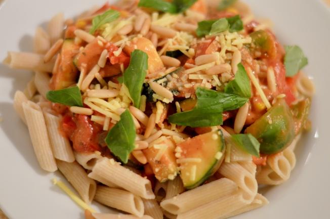 Pasta mit Gemüse und einer Tomaten-Sojasahne-Sauce