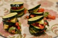 Zucchini mit Avocado-Paprika-Füllung