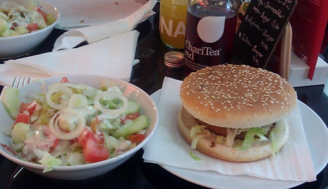 Seitan Burger und einen Salat mit Sojadressing