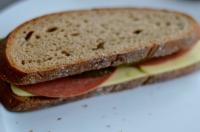 Belegtes Brot veganer Käse vegane Salami