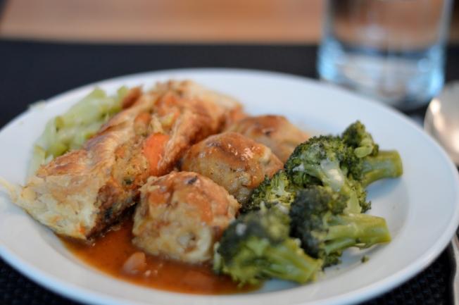 Drei-Nuss-Braten mit Knödel, brauner Sauce und Brokkoli