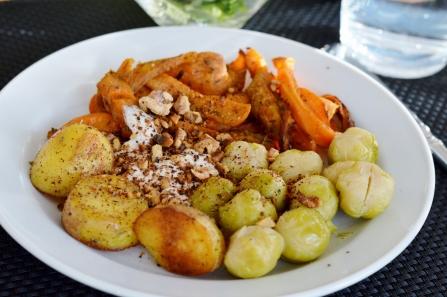 Süßkartoffelpommes aus Vegan for Youth, Kartoffeln, Rosenkohl und ein leckerer Meerrettichdip mit gerösteten Walnüssen
