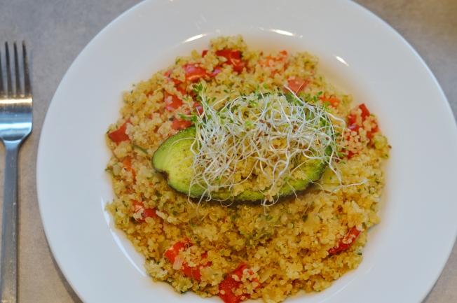 Quinoa-Pfanne mit Paprika, Zwiebeln, Alfalfa Sprossen, getoppt von einer Avocado mit Kala Namak Salz, Hirse und obendrauf was? Natürlich Alfalfa Sprossen :D
