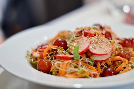 Salat aus Alfalfa Sprossen, Karotten, Radieschen, Trauben, Sesam und Minze mit einem Mandelmus-Olivenöl-Balsamico Dressing