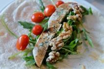 Wrap mit veganem Mozzarella, Kirschtomaten, Rucola, Walnüssen, Mandelmus