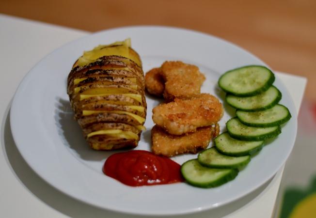 Veggie Nuggets von Nature Gourmet mit veganen Hasselback Fächerkartoffeln mit violife Käse