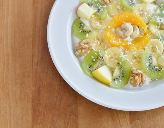 Haferflocken, Leinsamen, Sojajoghurt, Früchte, Nüsse und Kokosflocken