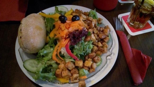 Großer Tofu-Salat im Café Vienna in Mannheim