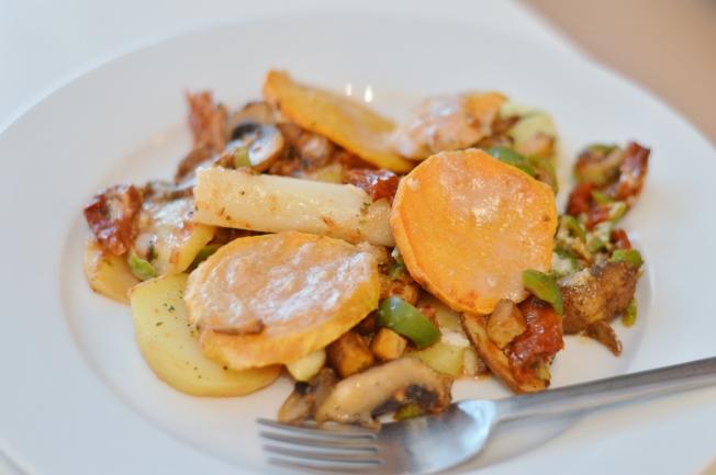 Auflauf aus Kartoffeln, Spargel, Champignons, Räuchertofu, Süßkartoffeln mit Pestosauce aus getrockneten Tomaten, Oliven und getoppt mit Mandelmus