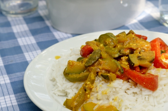 Reis mit allerhand Gemüse und Curry-Tofu