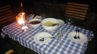 Spätes Abendessen im Garten